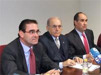 Don Luis Enrique de la Villa Gil, Rector de la UDIMA junto a José Pablo González, Alcalde de Collado Villalba (derecha) y a Roque de las Heras, Consejero Delegado(izquierda)