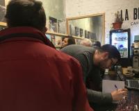 Imagen de un momento de la firma en el Café La Berlinesa de Madrid.