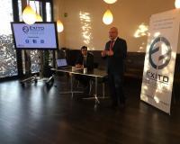 Fernando Martínez Vallvey (dcha.) y Víctor Núñez, este martes en la presentación de 'Éxito Educativo' en Caixa Forum, Madrid