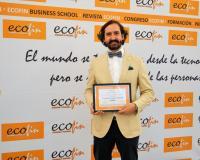 Arturo de las Heras sostiene el premio ECOFIN concedido a UDIMA.