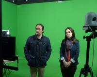 El padre Miguel Ángel Freire junto a la profesoras Shannon Kathleen Jones