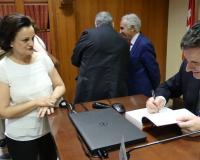 El autor firma un ejemplar a Carmen Fernández Miranda
