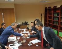 Álvaro Porta saluda a los miembros de la misión universitaria china