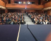 Perspectiva del Salón de Actos del Complejo Policial Canillas desde la tribuna (Redacción: Marta Peiro/Imagen: Ángel G. Collantes/Julia Robles/Javier Sanz)