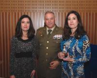 María y Laura Lara, junto al general Antonio Rajo (Redacción: UDIMA Media)
