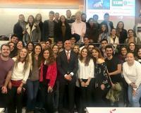 Foto de familia de Joaquín Danvila con los alumnos de la UV (Redacción: UDIMA Media)