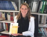 Esther Monterroso, con la obra publicada (Redacción: Luis Miguel Belda)