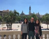 Las profesoras Lara junto a Paco Cardells