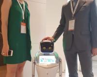De las Heras y Prieto, junto a un robot de exposición