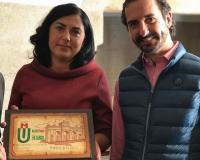 Arturo de las Heras entrega una placa conmemorativa del viaje a la alcalde de Mondoñedo, Elena Candia.